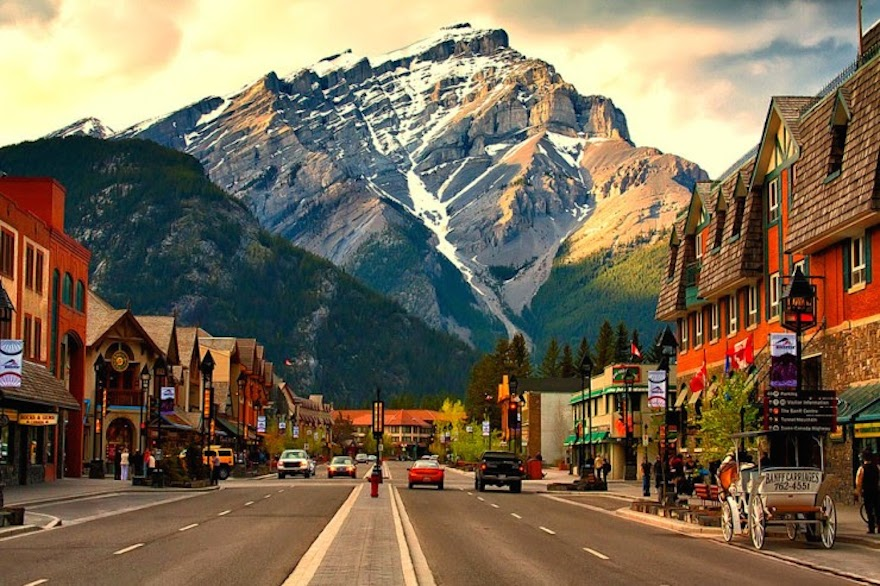 banff-avenue-the-heart-of-the-beautiful-town-in-canada1
